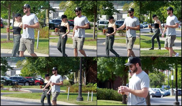 29.08.2018 : Liam Hemsworth était avec sa chérie Miley Cyrus prenant un café ensemble à Nashville