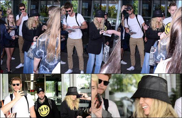 01.06.2019 :  Liam Hemsworth est arrivé avec sa femme Miley Cyrus à l'aéroport de Warsaw en Pologne    Première sortie du mois de Juin 2019 pour le beau Liam H. qui signait des autographes avec son épouse Miley Cyrus