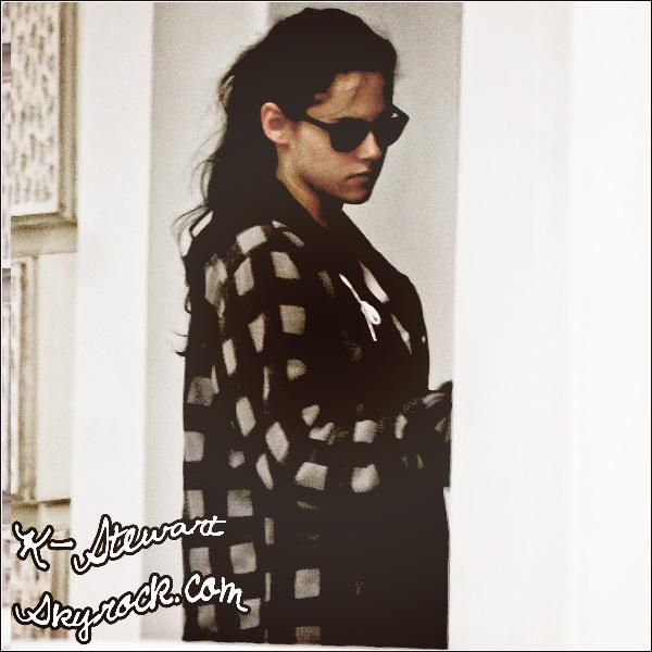 -  29.11.2011_: Kristen était devant chez elle.  -