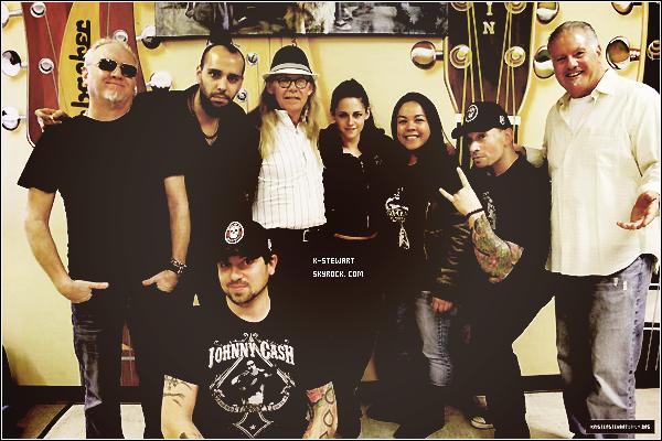 -  Kristen était dans le magasin Norman's Rare Guitars en compagnie de son père... (La date est inconnue) -