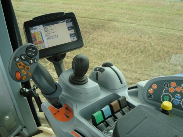 essai d'un NEW HOLLAND 7040 auto command (pierre)