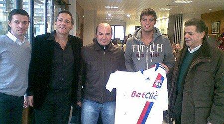 Rubrique :  ARCHIVES Yoann Gourcuff  et Philippe Sauze (directeur général de l'OL) entourés des dirigeants du club de football de Bourgoin, partenaire de l'OL  en fin d'année 2010