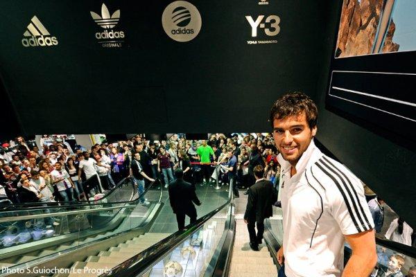 Rubrique :  VU Yoann Gourcuff  à la boutique Adidas des Champs-Elysées le 18/04avec toute l'équipe de l'OL pour une séance de dédicaces