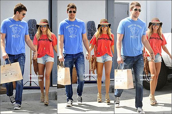 *  21 avril 2012 : Ash' et Scott sortant du magasin AllSaint Spitalfield sur le Roberston Boulevard. Ashley et Scott sont de nouveau ensemble ! Cela fait plaisir de les revoir !   *