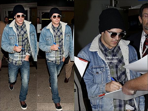 *  26 avril 2012 : Zac signant des autographes à son arrivé au LAX revenant de Berlin.    *