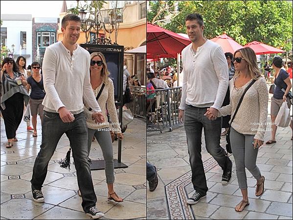 """*  6 mai 2012 : Encore une sortie pour nos deux amoureux, et ce pour notre plus grand plaisir ! En effet, Ash' et Scott sont allés au cinéma """"The Pacific"""" de The Grove à Los Angeles.    *"""