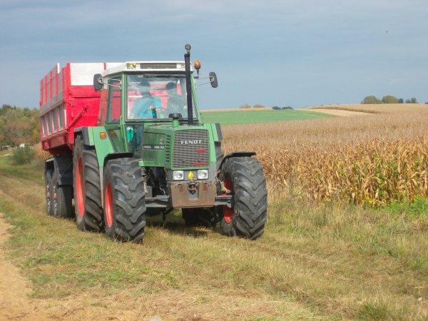 moisson du mais 2011 avec une moissoneuse NEW HOLLAND CX 860 et au transport  un fendt 718 vario et une benne brimont 12 t  et un fendt farmer 311 et une beene maison