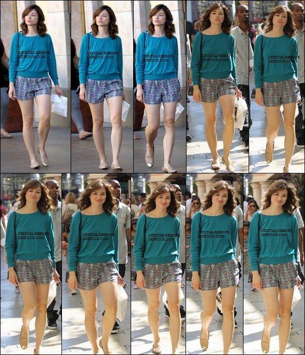 30/09/12      Crystal Reed  était en train de faire du shopping à L'ouest d'Hollywood .  C'est un énorme TOP pour  Crystal , J'aime beaucoup sa tenue et le sourire est là. PERFECT ! & vous ?.