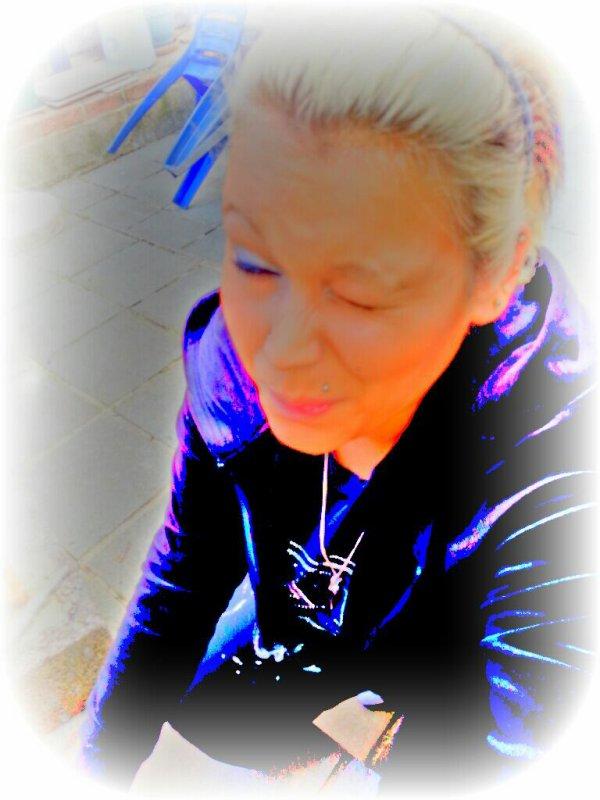 Ils Veulent Qu'on Consume Du Sun Et Qu'on Assume,Que T'assassine Tes Neuronne A L'eau Chaude Qui Fascine Acide,Ils T'ont Bridé Les Yeux Comme La Chine,Concu Comme Une Machine Enchainer A L'Usine T'enchaine Miskin,A L'Encre De CHINE Colorier Ton Avenir Ils Veulent Jeune Que Ton Destin Se Barre En Teinture Jaune!!