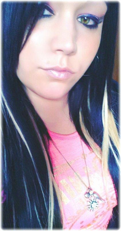 Je Fuye Le Mal Qui Sur Moi S'Acharne Pas A Pas Et S'Attarde A L'image De Mon Ombre Souffrant En Silence,Le Temps Efface Peu A Peu Le Peu De Bonheur,Ton Absence Sonne Si Bien Avec Ma Souffrance,Mon Malheur.Ma Douleur C'Est De Savoir Sans Pouvoir Rien Faire A Mes Proche De La Peur,Ma Frayeur C'Est De Ne Plus Jamais Vivre Avec Toi Frère Des Jours Meilleurs.Vivre Au Présent,Le Temps Pressant Sans Aller Nul Part Ailleur..