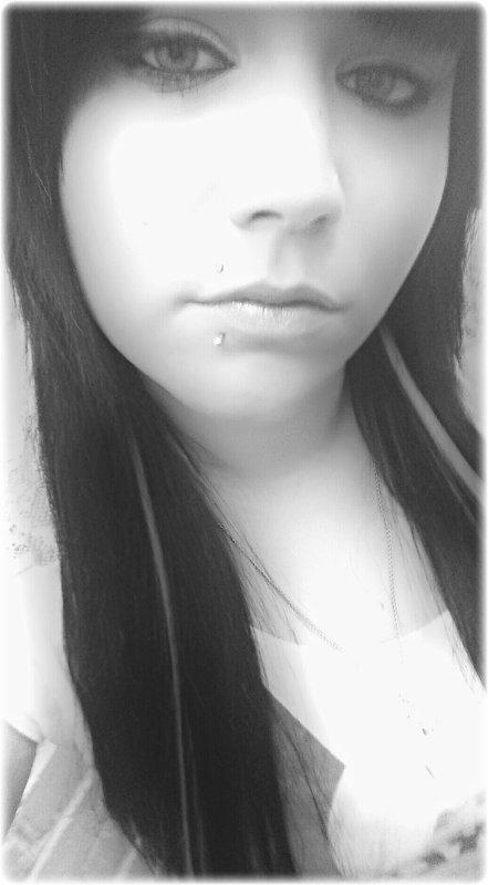Chaques Jours Que Dieu Fais Je Me lève Avec Pleins De Regrets,Et Je Porte Cette trace Que Même Le Temps Ne Pourra Effacé..Tant Qu'il Y A De La Vie Il Y A De L'espoir,Et Tant Qu'il y A De L'espoir Il Est Toujours Possible De Sortir De Ce Trou Noir,Un Sourire Cache Une Larme,J'ai Vu Le Fossé Entre La Réalité Et Les Rêves,Les Yeux Cernés je Perd Mon Duel Contre Le Sommeil..