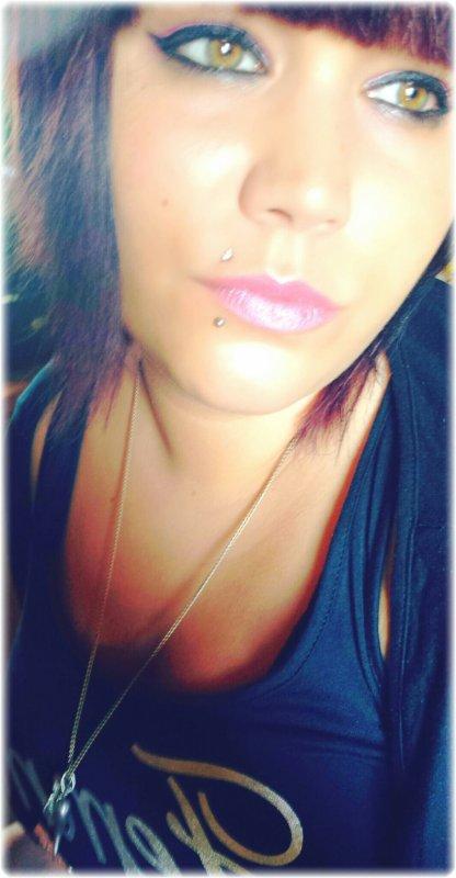 Je Suis Une Bombe Anatomique,Un Mal Inévitable Au Coeur Inflamable,A L'humeur Imprévisible,Un Coeur De Cible,Je Me Suis Moi Même Piégée Pour Me Désamorcer..C'est Pas Gagner J'ai Mes 2 Mains Minées,On Ne Peut Plus M'approcher Ca Va Sauter,Un Corps Dégoupiller,Un Corps Carboniser Cible Rêvée,Touché-Coulé! Personne Ne Vas Plus Loin Que Celui Qui Ignore Où Il Va!