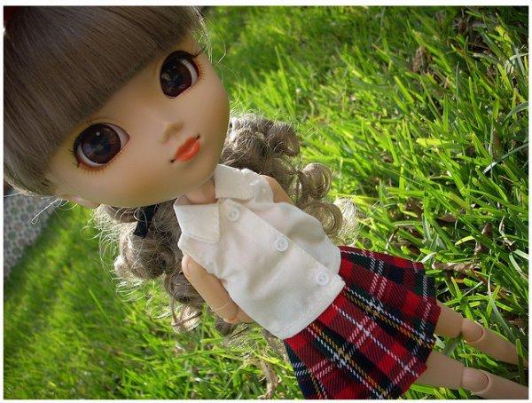 Louna avec sa jupe écossaise