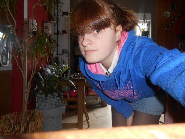 Sophie - 19 ans. Je ne suis sentimentalement pas intéressée. ♡  Pourtant, j'étais intelligente avant de tomber amoureuse !