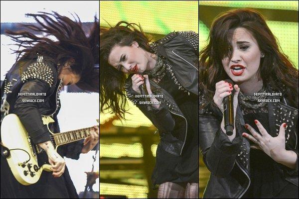 .       03 Mars Demi sur scène pour Bayou City Center, à Houston, au Texas. + Meet & Greet.  Demi serrait monter sur scène après le chanteur Austin Mahone.                                                       .