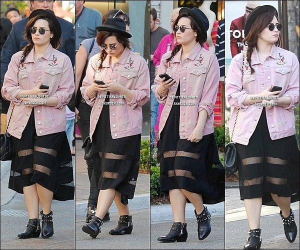 .       11 Mars Demi enfin sortie, était vue ce baladée au The Groove à West Hollywood.                                                        .