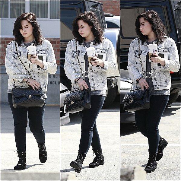 .     15 Mars Demi.L est aller chercher un café dans dans Beverly Hills, en Californie.                                                         .