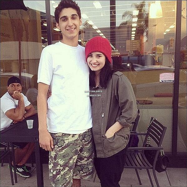 .   5 Avril Demi à poser avec un fan quand elle était dans restaurant à Los Angeles.                                                           .