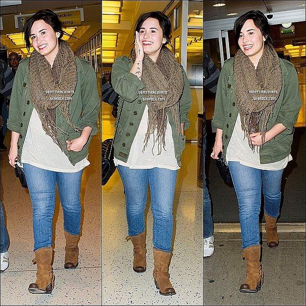 .    8 Avril Demi (toute sourillante) et sont équipe, était à l'aéroport «LAX» de Los Angeles.  Alors quelle attandée pour amberquer elle à vue Gwyneth Paltrow, elles sont pris une photos ensembles.                                                         .