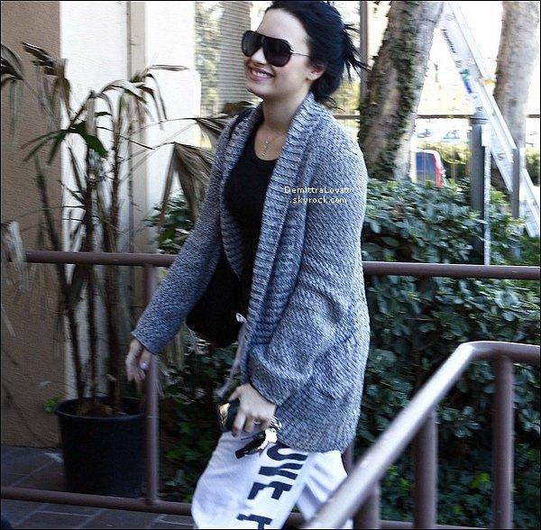 02 Février Demi en compagni d'un gard du corp, est rendu à un rendez-vous au chez le médecin à Eating Disorder Center, Santa Monica.