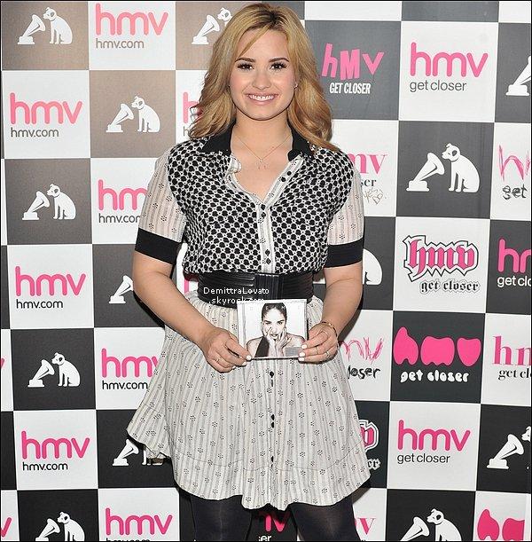 28 Mai Pour pomouvoir sont 4ème «DEMI» la chanteuse à fait des dédicaces au HMV store.(Londres)