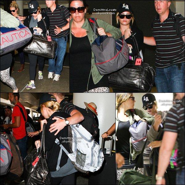 25 Aout Demi (fatiguée), ses amies sa mère et Dellas était de retour à LAX, Los Angeles, après leurs voyage au Kenya en Afrique.