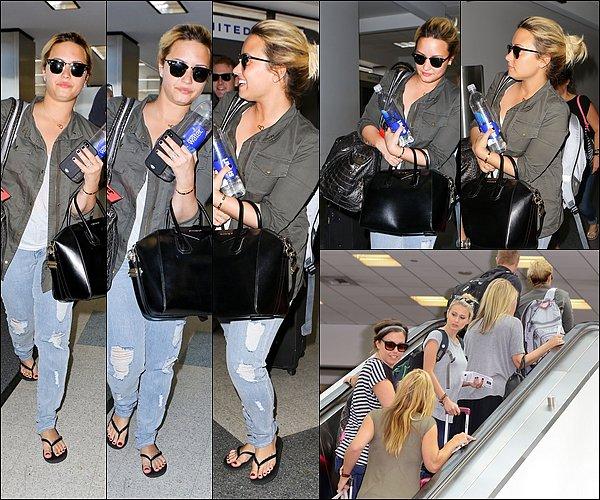 31 Août Demi à pris un départ de l'aéroport de LAX à Los Angeles en Californie.