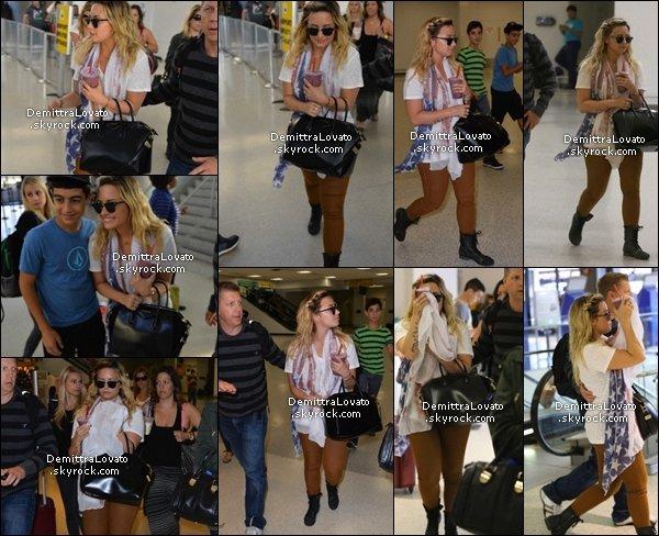 """2 Septembre Journée chargé pour Demi, arrivant  à l'aéroport de Newmark à Newark, New Jersey. Peut avent sa elle à fait un petit cocnert pour """"Musique en direct du Salon de Bjorn"""" à San Antonio, Texas."""