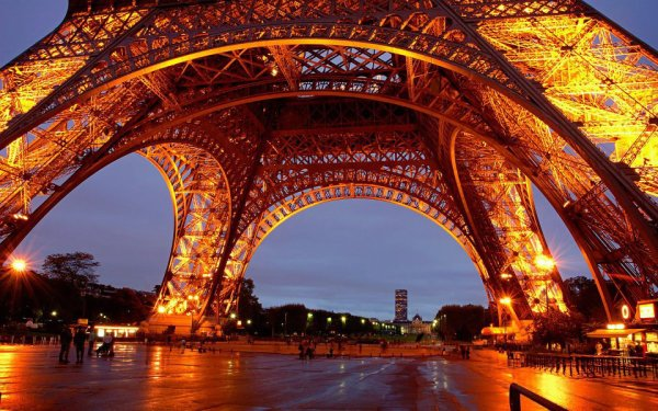 La Tour Eiffel vue d'en dessous !