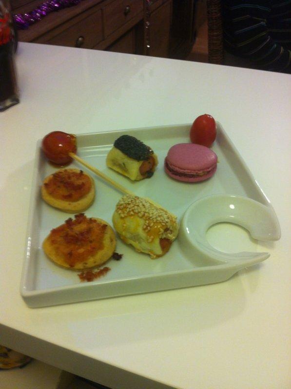 Macaron de foie gras, tomate cerise au caramel, hot dog , pizza