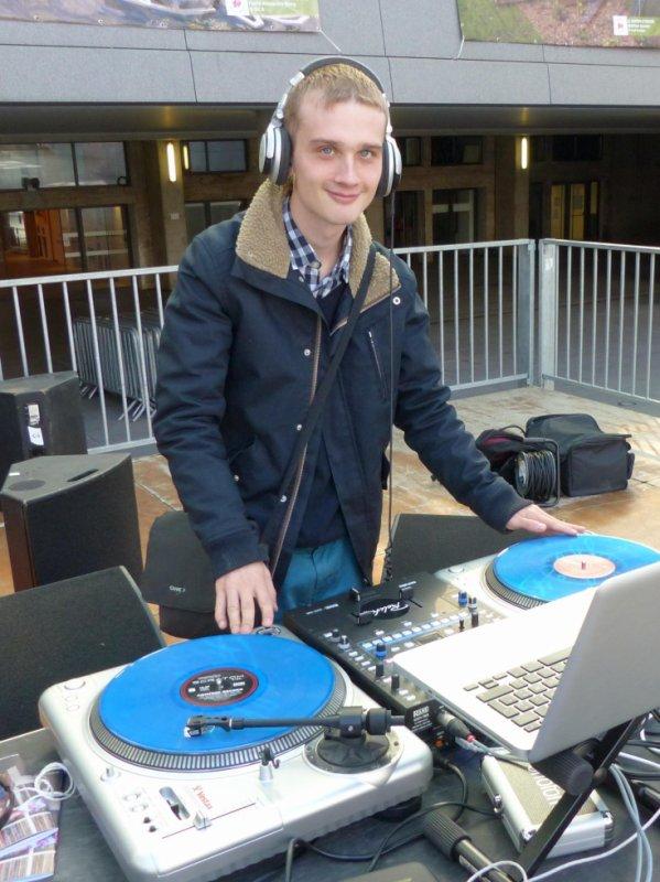 DJ80 aux platines