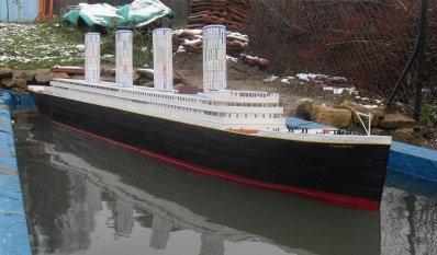 Le Titanic avec ses cheminées et ses hublots côté tribord