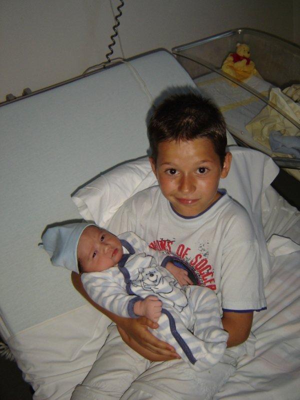 voila mon fils nuno et son petit  frere hugo je vous aime