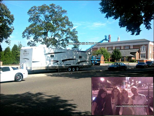 Ce ne sont pas de superbes News ! Mais c'est des NEWS ;) ! Grace à Emily: une fan, voici une récente photo de fan et une autre du bus ou loge le Cast de L.O.L à Birmingham au Michigan. !