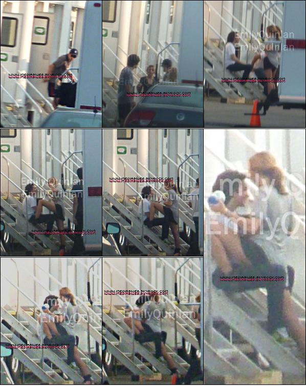 Flirtant lors d'une pause du Tournage de L.O.L à Détroit, au Michigan : :      . 11/08/2010 .      D'après ces photos de fans, Miley flirtait avec un mec inconnu lors de la pause du tournage de L.O.L toujours au lycée: Grosse Pointe de Détroit au Michigan, D'après des témoins: ce n'était pas une scène pour le film. Ce n'était pas Liam son copain, à elle ?!