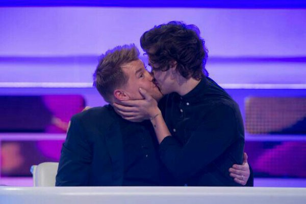 Harry embrasse James Corden hier en direct