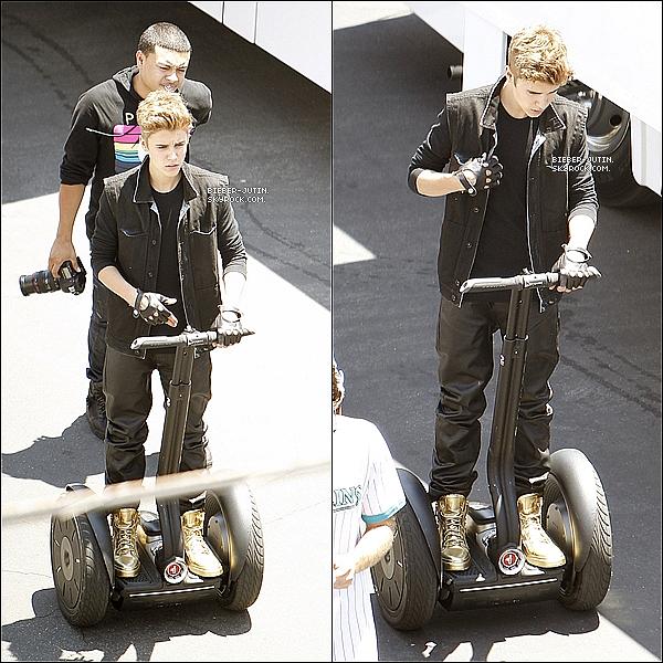 - 06/07/12    Justin est actuellement à Los Angeles où il tourne sont Nouveau clip As Long As You Love Me. Perso : J'aime beaucoup comment il est Habiller Je lui donne un Top. ! comme vous pouvezconstater Justin B c'est fait arrêter partla police. ! -