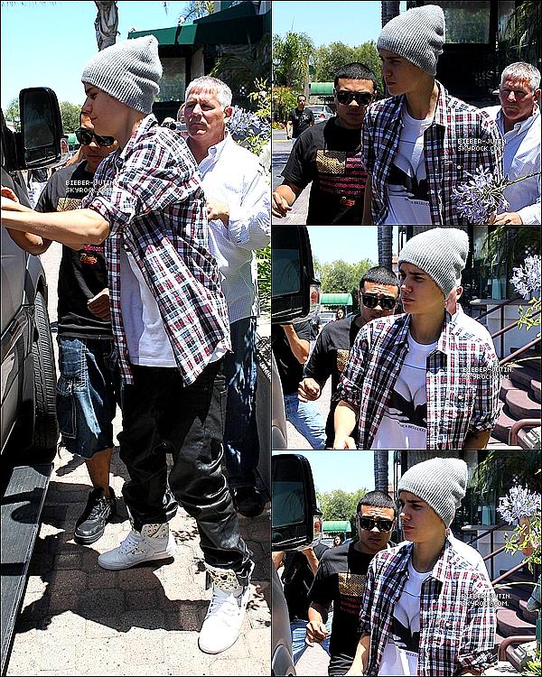 - 07/07/12   Justin Drew Bieber a était vu quittant dans un restaurant Japonais à Encino à Los Angeles. ! J'adore sont T-shirt il vraiment magnifique il me plaît vraiment, sa fait original comme vous dites. ! un gros top pour justin bieber et vous. ? -
