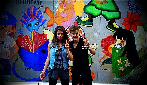 - 08/07/12  Justin etSelena profite de leurs vacances au Japon et nous font partager quelques photos. -