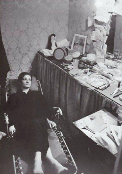 Barbara dans sa loge à Bobino