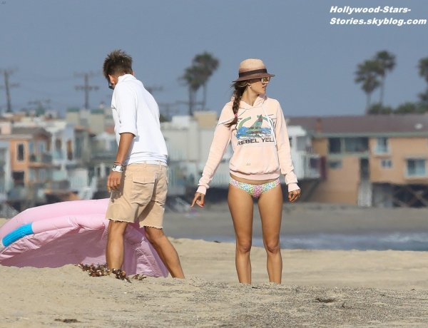 Alessandra Ambrosio qui tiend son chien (trés coloré) dans les bras et son fiancé Jamie Mazur quittant le Coogies Cafe, à Malibu en Californie. Jeudi, 05 juillet