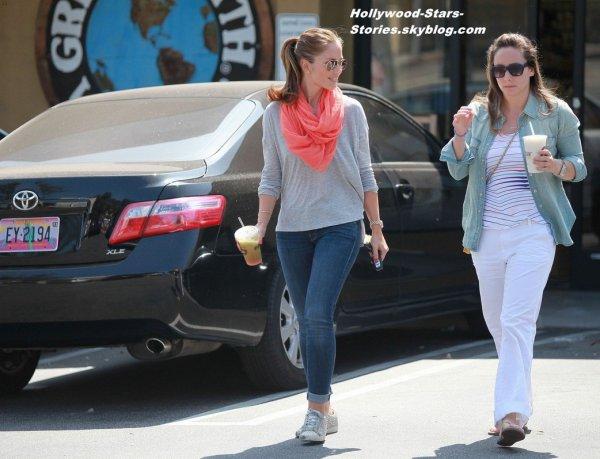 Minka Kelly et une amie sont allé prendre des smoothies de chez Earth Bar en Californie. Jeudi, 05 juillet