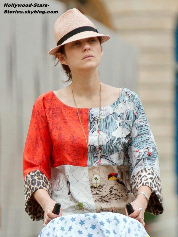Marion Cotillard poussant son fils Marcel à la place Vendume, à Paris. Jeudi, 05 juillet