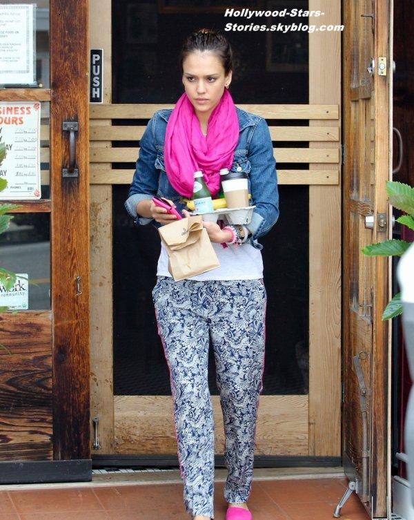Jessica Alba et son mari Cash Warren sont allé chercher des cafés à Santa Monica, en Californie. Vendredi, 06 juillet