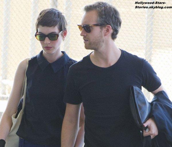Anne Hathaway et son fiancé Adam Shulman à l'aéroport de New York. Vendredi, 06 juillet