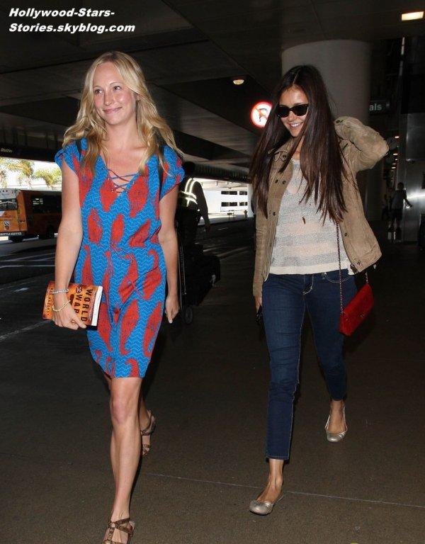 Nina Dobrev et ses co-stars de Vampire Diaries: Michael Trevino, Candice Accola, Sara Canning, et Steven R. McQueen à l'aéroport LAX de Los Angeles. Vendredi, 06 juillet