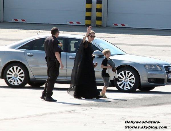 Angelina Jolie à l'aéroport de Sarajevo avec ses enfants Pax, Zahara et Shiloh. Samedi, 07 juillet