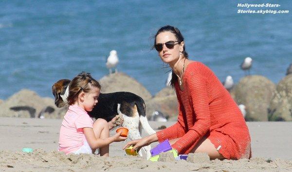 Alessandra Ambrosio passe du bon temps dur la plage de Malibu en compagnie de sa fille de 3 ans Anja. Vendredi, 06 juillet
