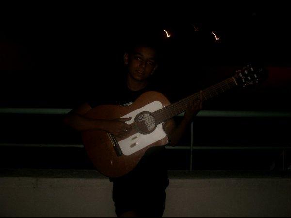 moi ki jouè la guitarre a 1h du matin è ma sr fifi ki me tirè lol