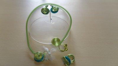 parure 3 pièces sur câble 2mm vert anis,bouton bleu nacré avec spirales
